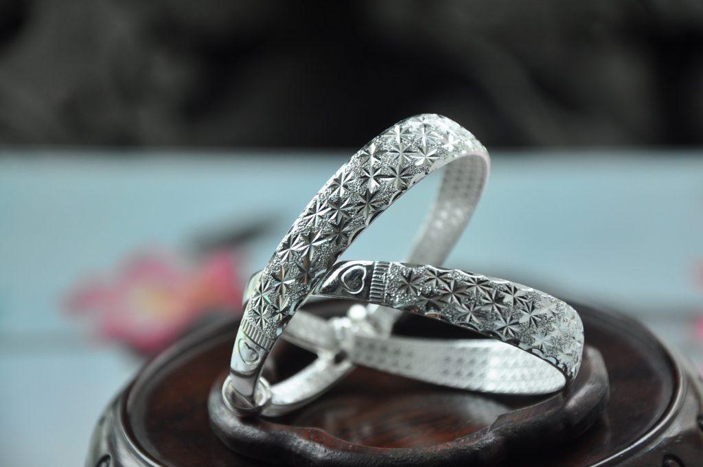 close up photo of silver bracelet
